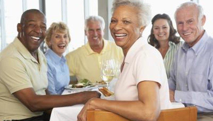 Un grupo de amigos almorzando en un restaurante.