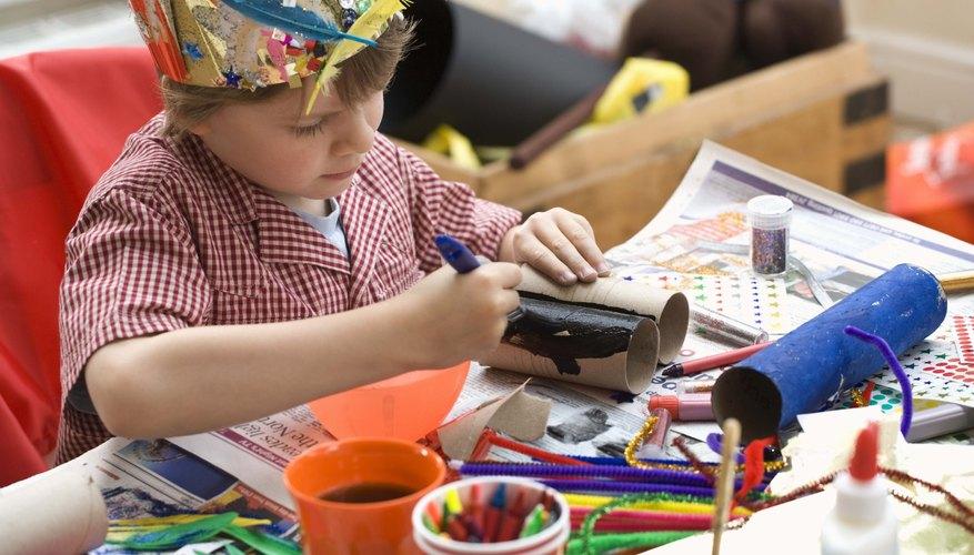 Un niño haciendo un proyecto de artesanía.