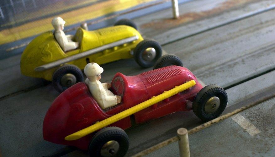 Construye coches de juguete junto a tus hijos.