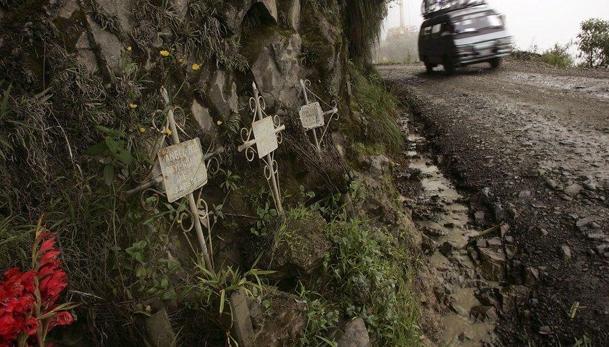 Imagen de una curva con cruces de recuerdo para personas que perdieron la vida en la Carretera de los Yungas