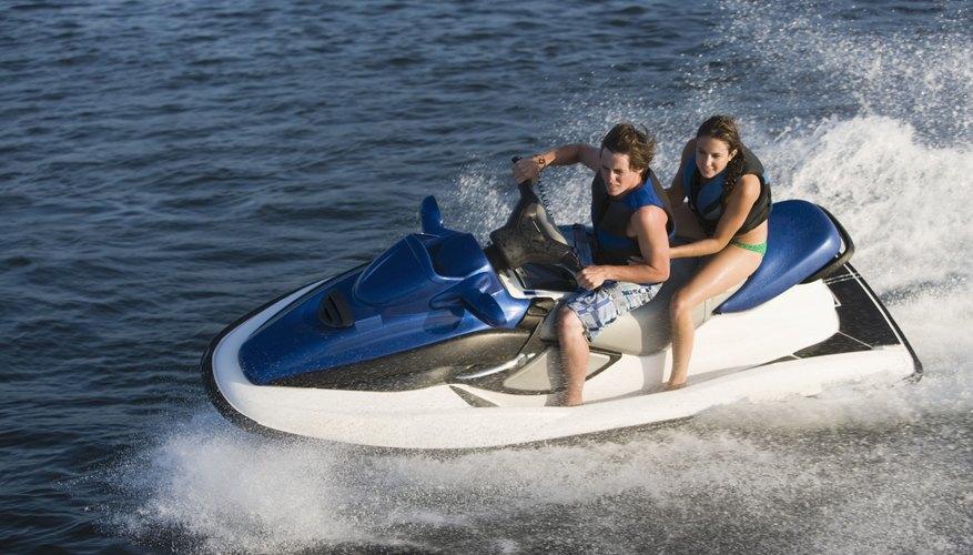 Las WaveRunners y Jet Skis son vehículos acuáticos personales de distintas marcas.