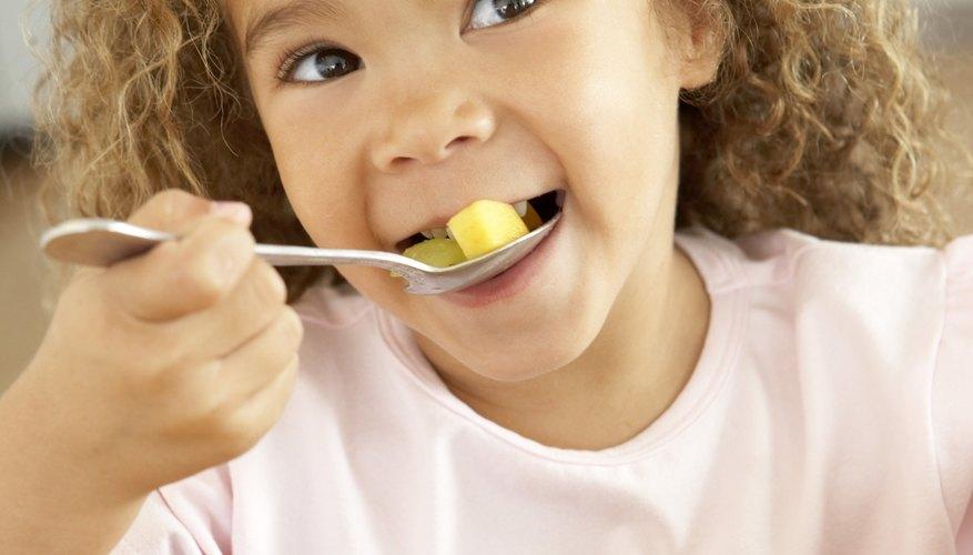 Tu hijo puede disfrutar la ensalada de fruta como un bocadillo saludable.