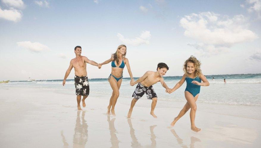 La diversión en la playa es algo que debes hacer en tu visita a Jolly Harbour.