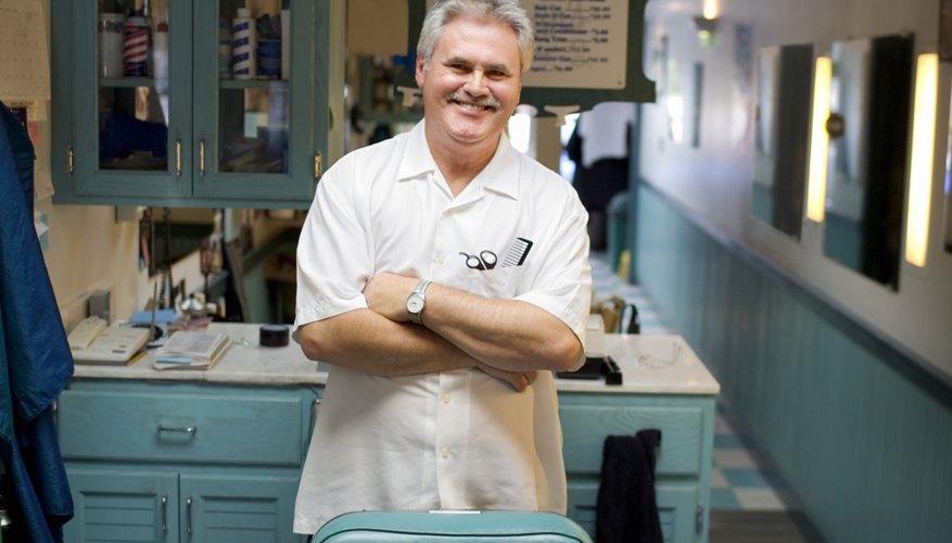 Las personas que tienen una licencia de peluquero de una escuela acreditada puede aumentar sus posibilidades de ganar un salario más alto en la industria.