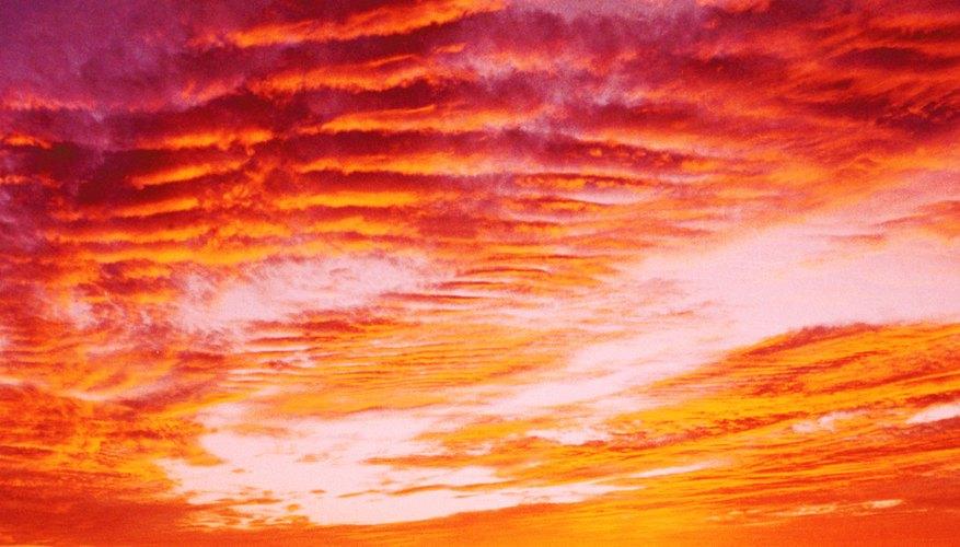 Las formaciones de nubes proporcionan un impresionante telón de fondo de una puesta de sol.