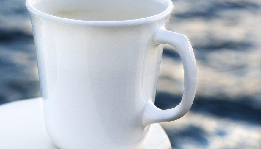 Puedes agregarle diseños a una taza de cerámica lisa.
