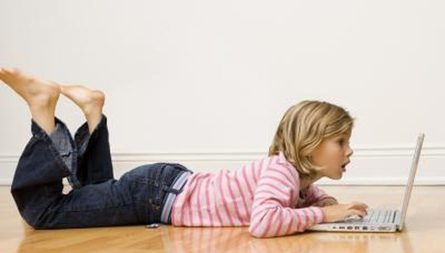 Una niña en la computadora.