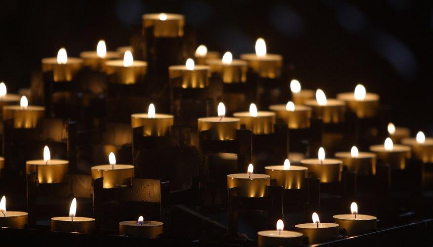 Algunos homenajes incluyen prender velas.