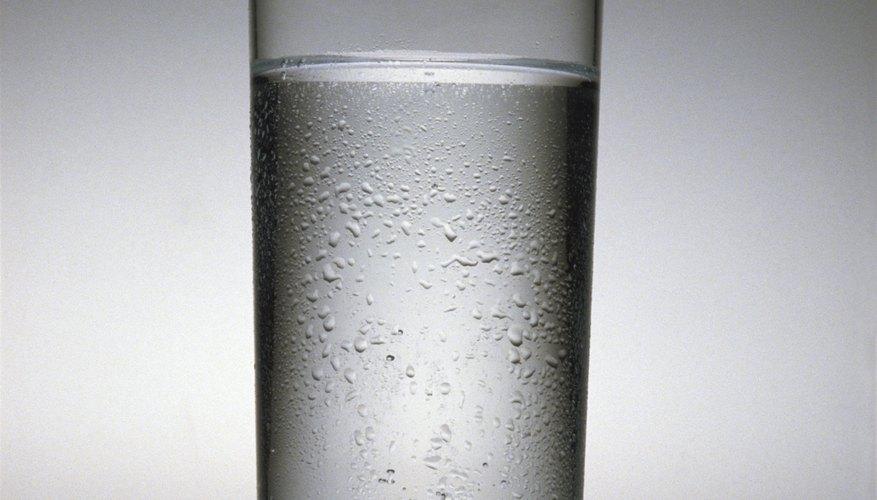 Pregunta a los niños cómo creen ellos que el agua salió al exterior del vaso con agua fría.