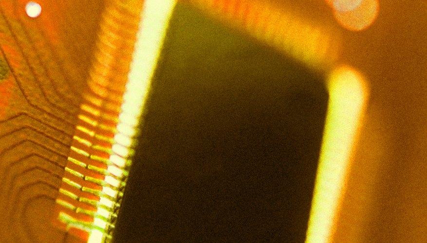 El procesador, o CPU (unidad central de procesamiento), es el cerebro de una computadora, encargado de realizar los cálculos que permiten que una computadora funcione.