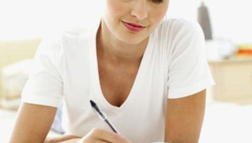 Mujer escribiendo un libro.