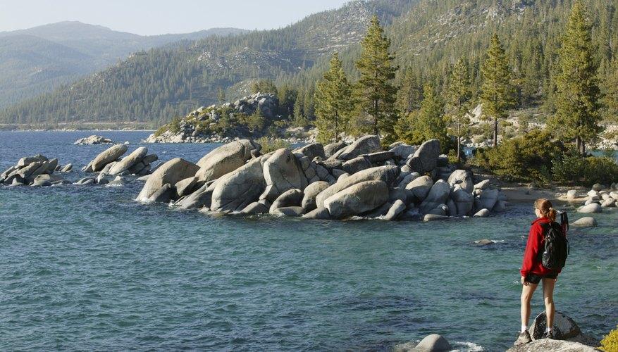 Mujer en la orilla del lago Tahoe.