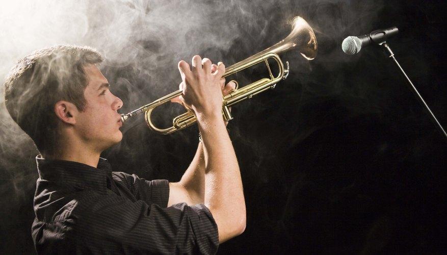 La trompeta se toca soplando aire a través de los labios para producir un sonido de zumbido.