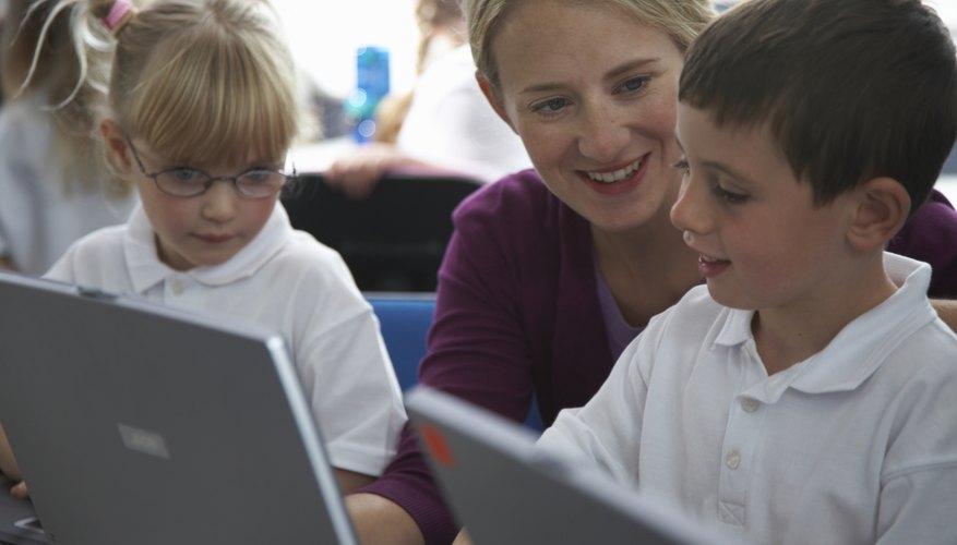 Tu hijo utiliza dispositivos de tecnología en la escuela y otros entornos, así que asegúrate de que sabe cómo navegar con seguridad.
