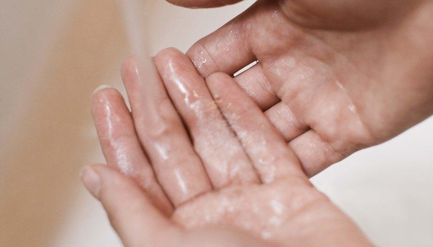 Enseña a tus hijos la forma adecuada de lavarse las manos.