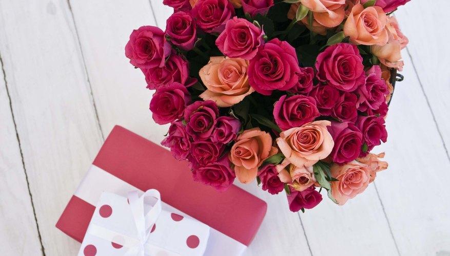 Las flores van bien para ambos graduados tanto mujeres como hombres.