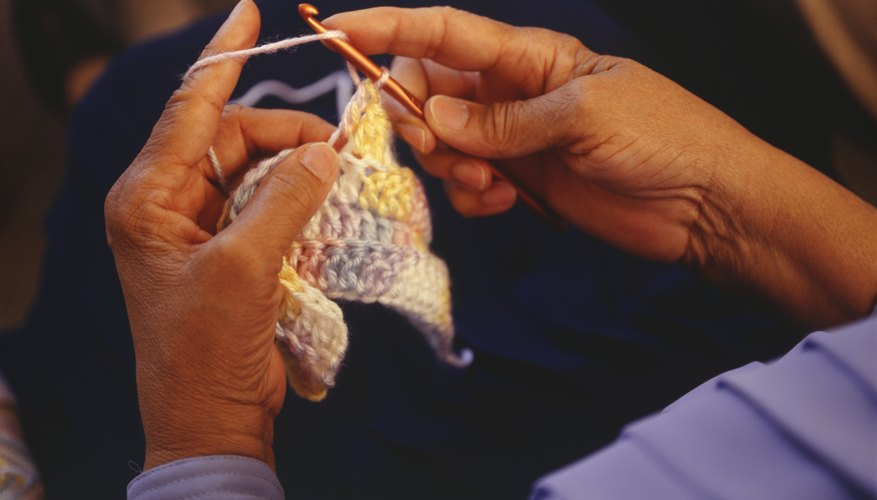Usa un color A para hacer un crochet simple en la segunda cadena.