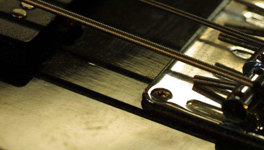 Si tienes un bajo de seis cuerdas, puede ser un poco confuso en cuanto a la forma de afinarlo.