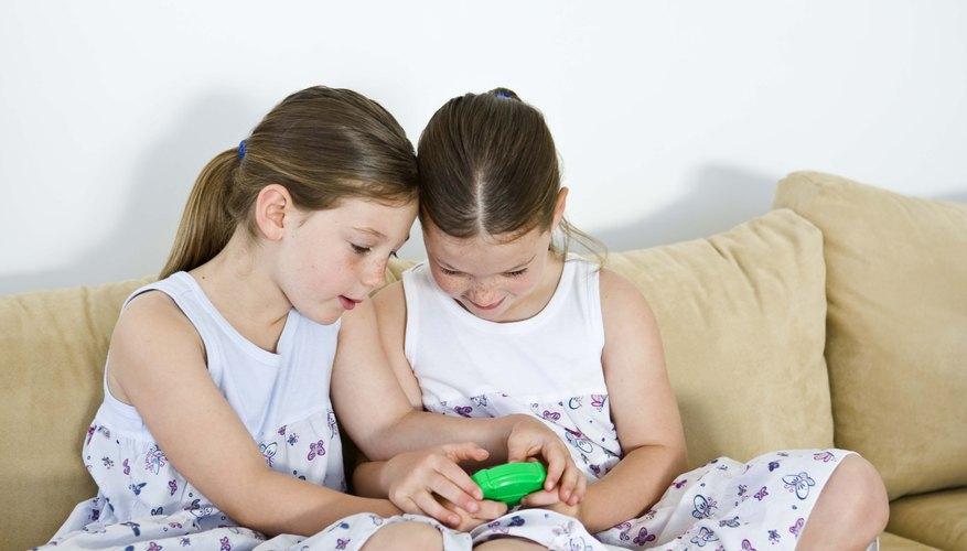 Organiza una cita de juego para tu hija y su amiga.