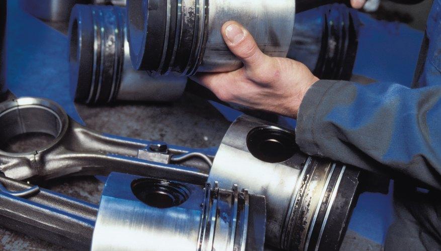 Instalar los anillos de pistón es un paso esencial y crítico al armar un motor de carrera.