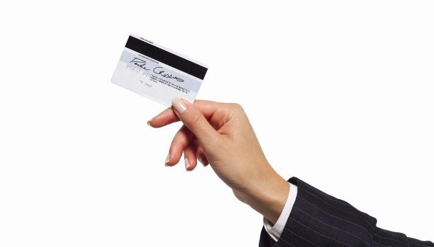 Los usuarios deben ingresar el PIN al hacer una compra con la tarjeta de débito.