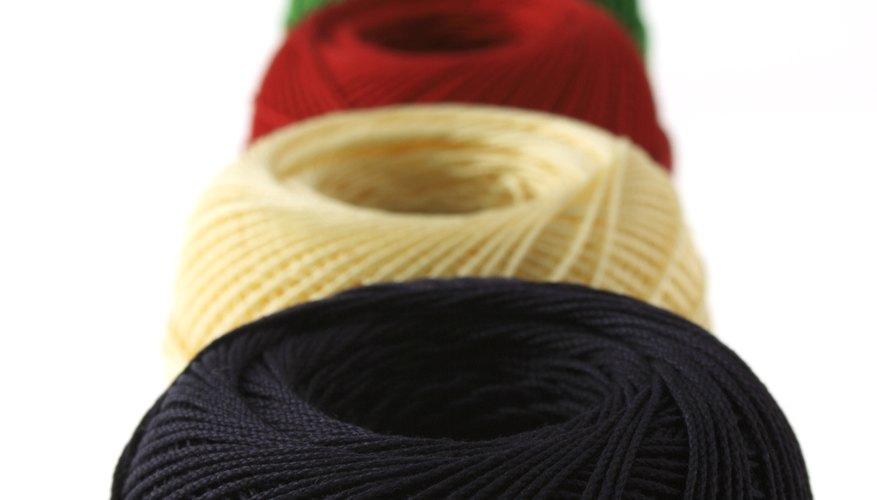 Con hilo negro forma la crin y la cola.