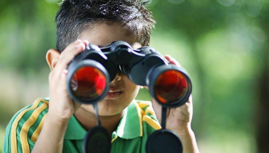 Niño usando binoculares