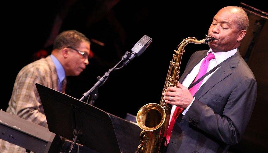 Saxofón tocando Jazz.