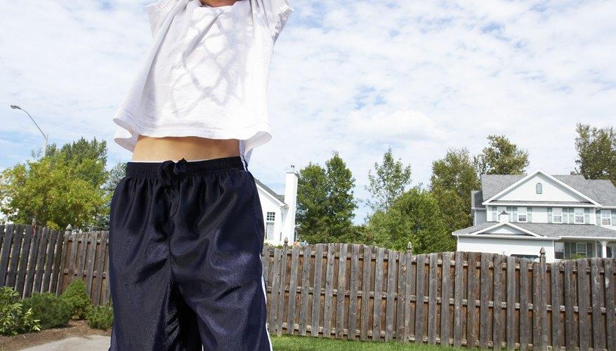 Normalmente los niños practican baloncesto con aros de 6 pies de altura.