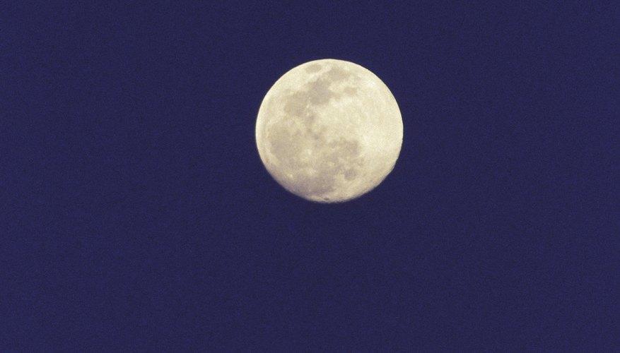 Durante el apogeo de la Luna esta de entre 245,000 y 253,000 millas (394,205 y 407,077 km) de la Tierra.