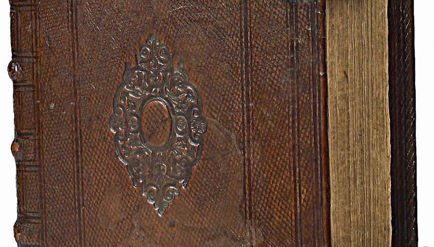 Un libro antiguo con encuadernado de madera cubierto con cuero.
