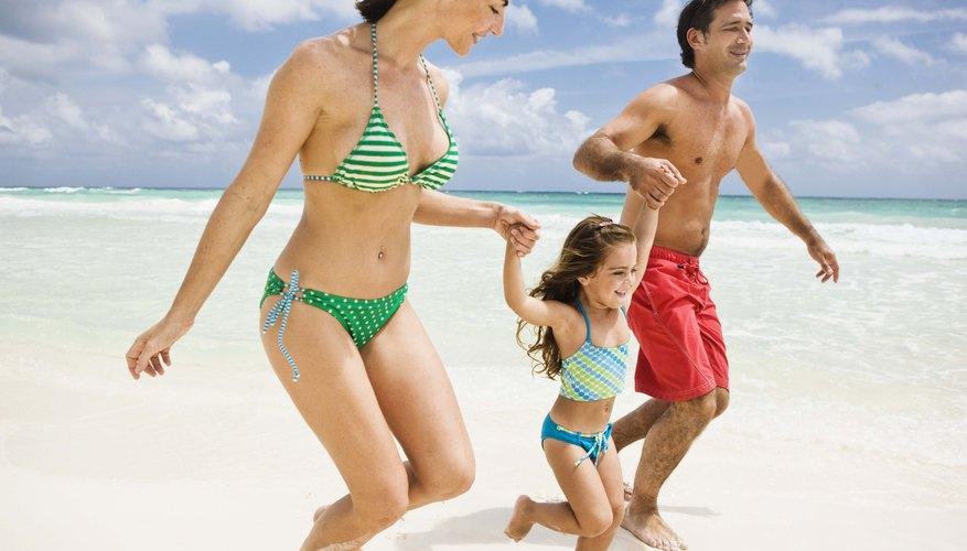 Pasar el día en la playa es un entretenimiento barato para los chicos de todas las edades.