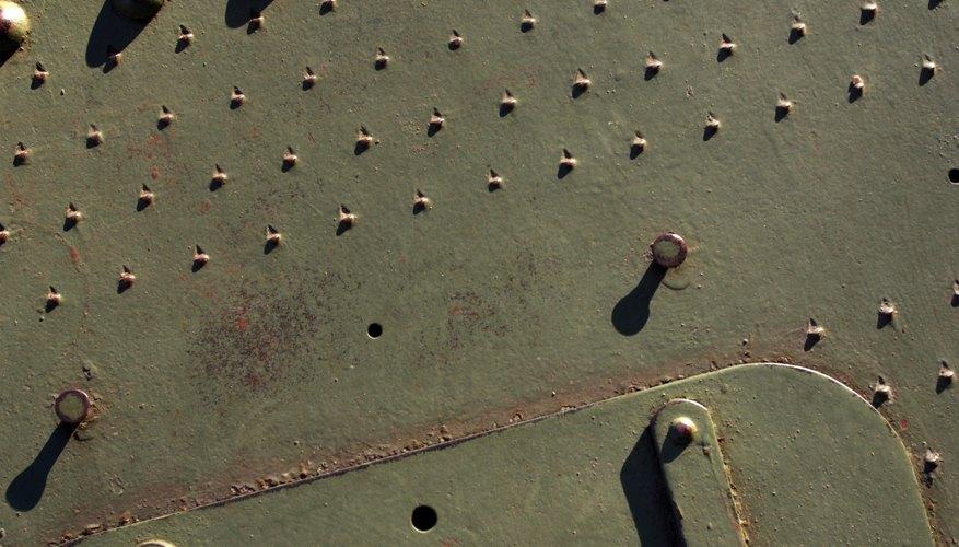 Los remaches de acero son probados para asegurar su efectividad como abrochadores.