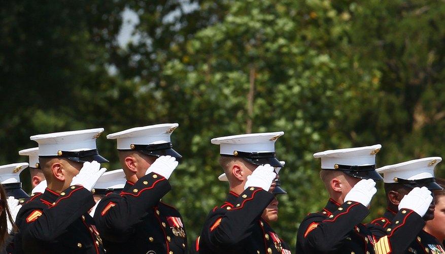 Los Marines estadounidenses saludando al Cementerio Nacional de Arlington.