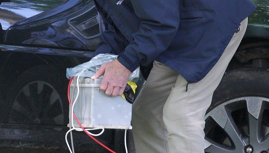 Desconecta el cable de masa de la batería con una llave.