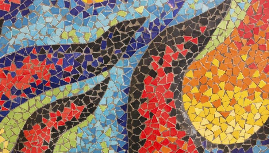 Los mosaicos de azulejos utilizan pequeñas piezas de azulejos de colores para crear un diseño.
