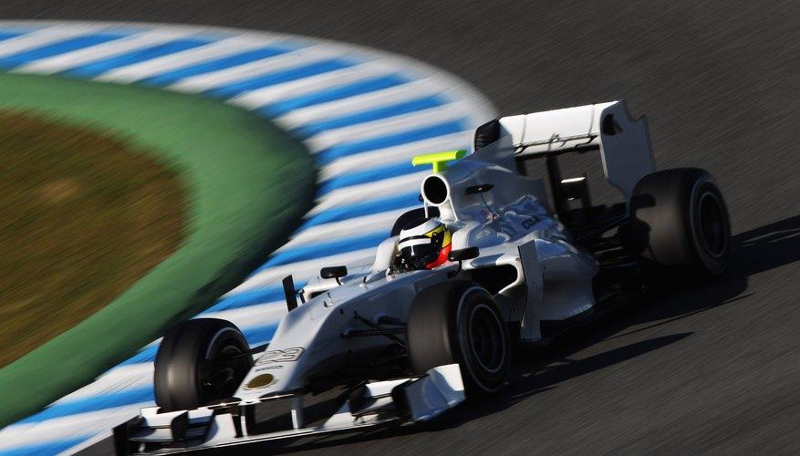 Los ingenieros de coches de carreras consideran la aerodinámica, el peso y la seguridad del conductor en el diseño de un sistema de suspensión.