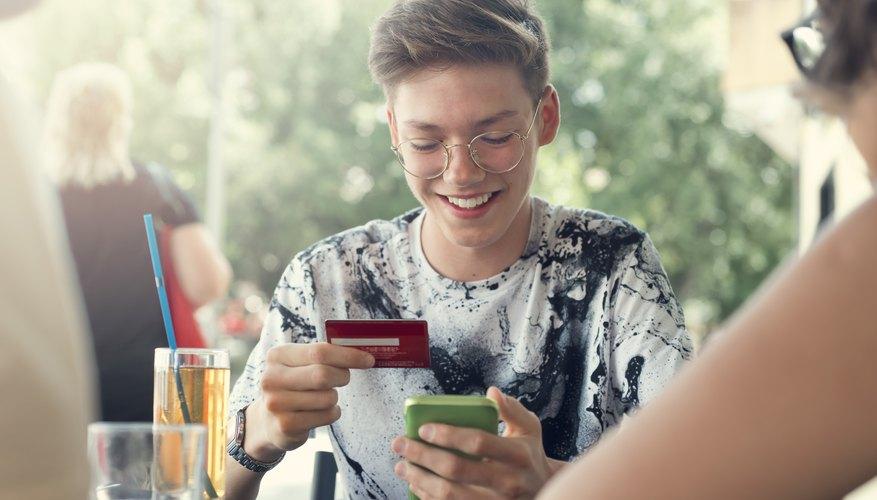 Joven menor de edad con tarjeta de débito