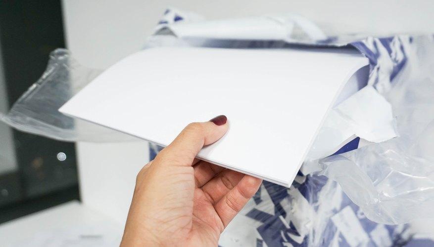 Abriendo una resma de papel