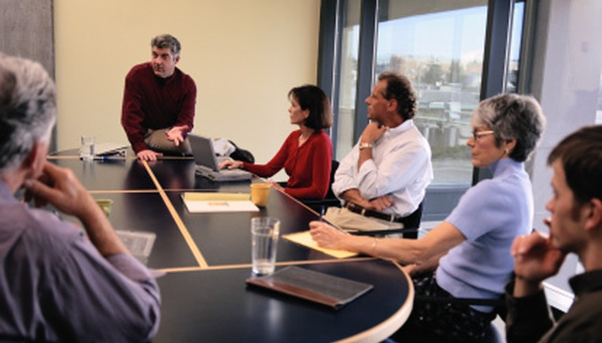 La formación y desarrollo de los empleados son típicamente funciones del departamento de recursos humanos.
