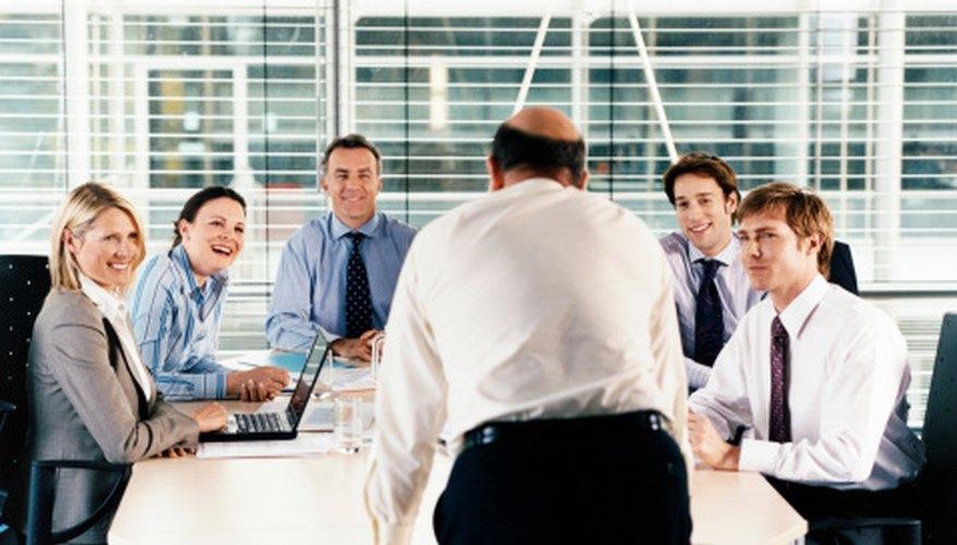 La alta gerencia se reúne con frecuencia para tomar decisiones finales sobre la dirección de la empresa.