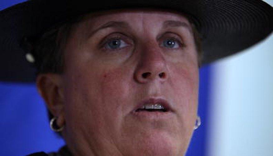 Un sombrero de ala ancha distingue a los policías estatales de otro personal encargado del cumplimiento de la ley en Florida.