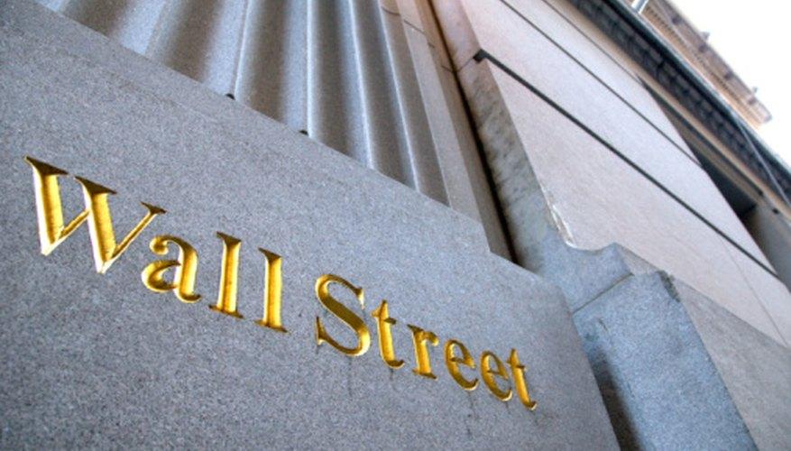 Los banqueros de inversión hacen ofertas en Wall Street.