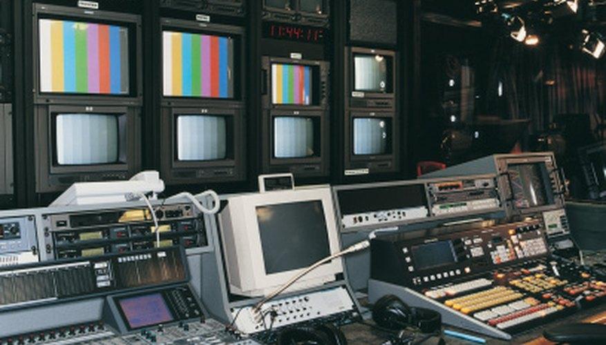 Las salas de control televisivo son sitios probables de los asistentes de producción de televisión.