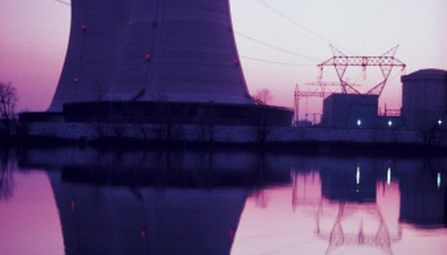 Las centrales nucleares generan electricidad a partir de fisión nuclear.