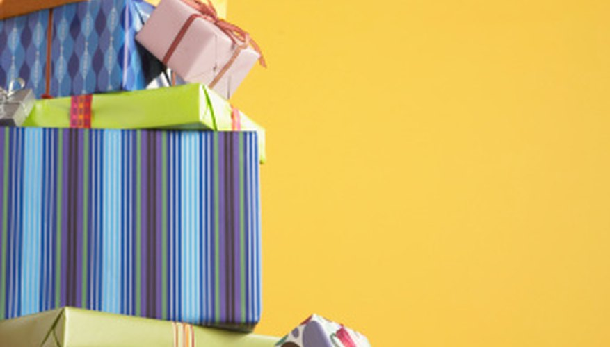 La planeación cuidadosa te permite comprar o hacer regalos económicos para cualquier grupo de personas.