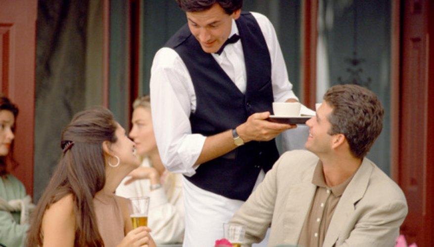 Mejorar el servicio a clientes es una manera de eliminar una debilidad común en un restaurante.