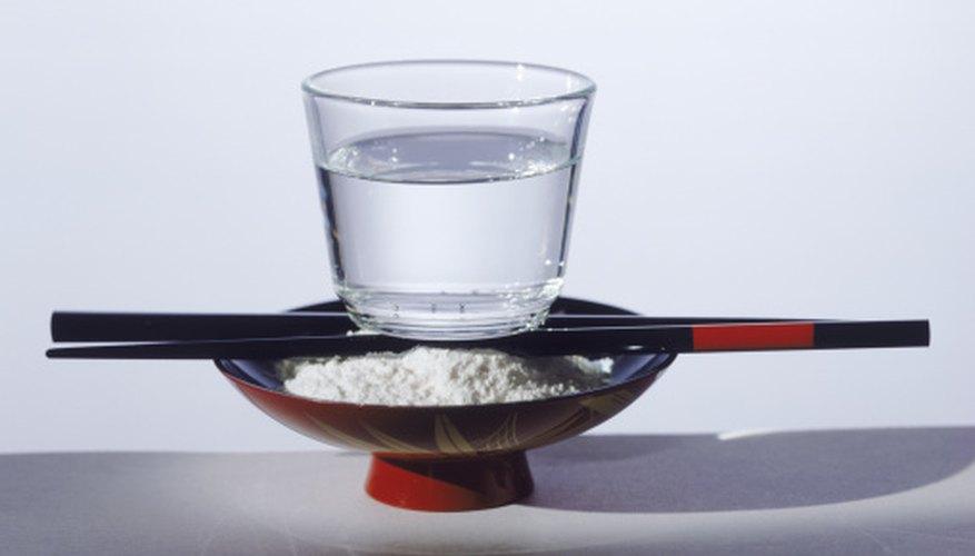 El agua y la harina son ingredientes clave para hacer objetos de papel maché.