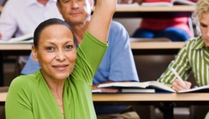El método audiolingual utiliza ejercicios y prácticas de ejercicios para enseñar una segunda lengua o lengua extranjera.