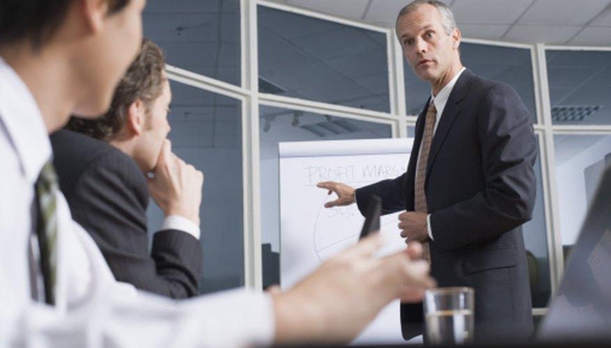 Los ejecutivos se reúnen para discutir el propósito estratégico.